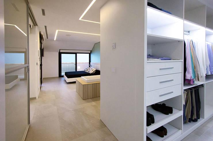 Dormitorio principal y vestidor - Casa Moncofa - Chiralt Arquitectos : Dormitorios de estilo  de Chiralt Arquitectos