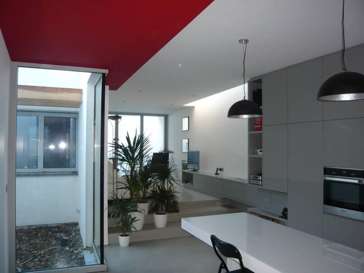 Salon et puits de lumière: Salon de style  par Atelier d'architecture François Misonne