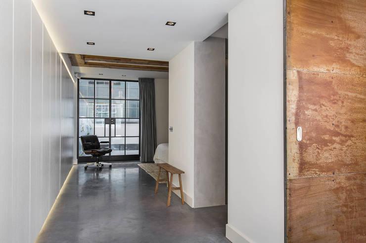Modern en monumentaal wonen aan de gracht:  Slaapkamer door Studio RUIM, Modern