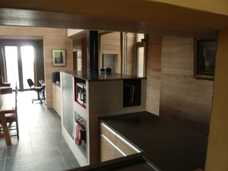 Cuisine, vers salle à manger et bureau: Cuisine de style de style Moderne par Atelier d'architecture François Misonne