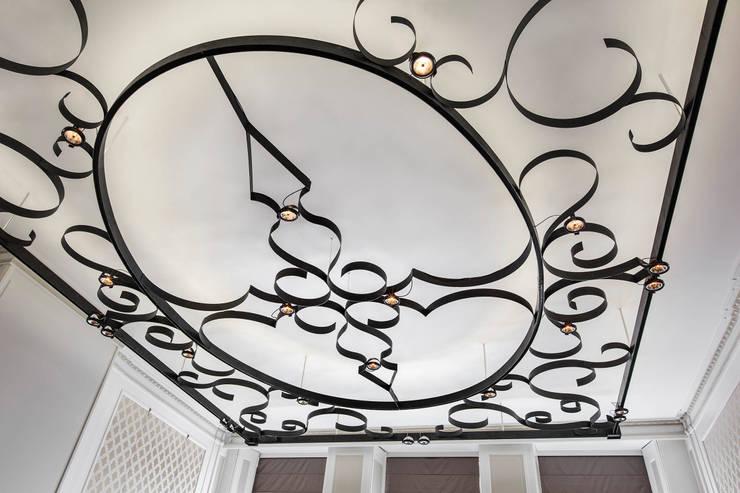 Modern en monumentaal wonen aan de gracht: moderne Woonkamer door Studio RUIM