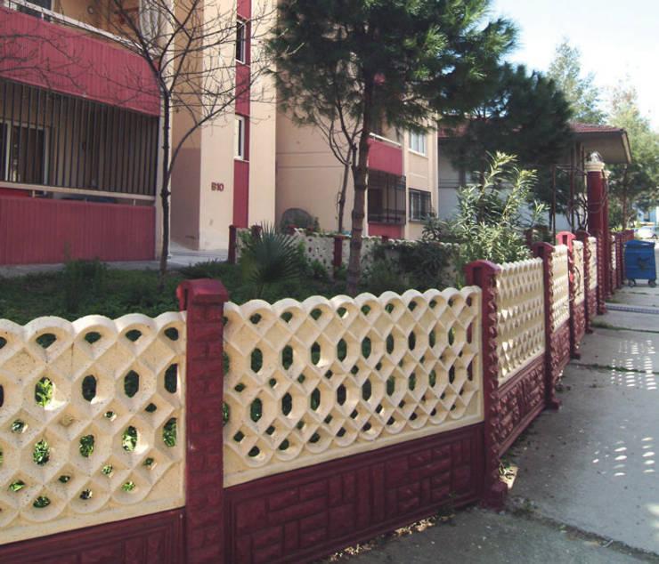 BAHÇE DEKOR Beton Bahçe Elemanları ve Gıda San. Tic. Ltd. Şti. – 120 cm yükseklikte klasik apartman duvarı örneği:  tarz Duvar & Zemin