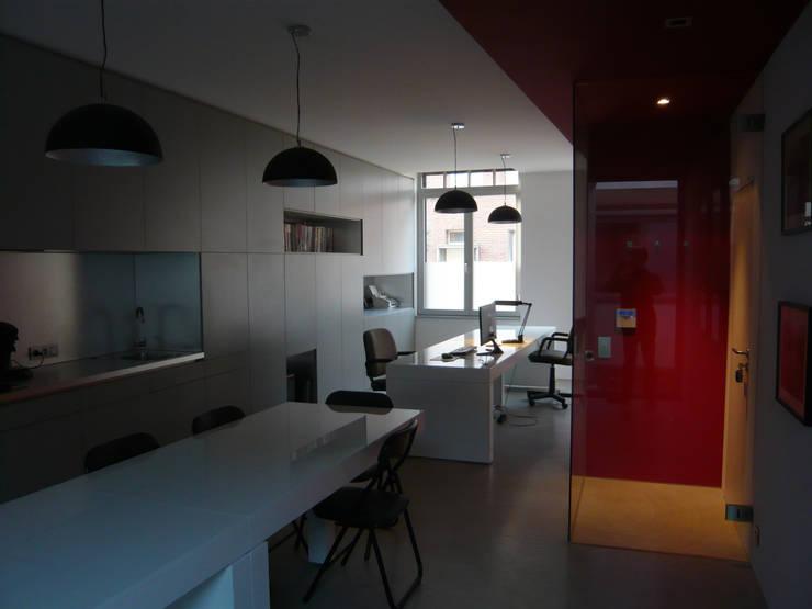 Zone repas & bureau: Bureau de style  par Atelier d'architecture François Misonne