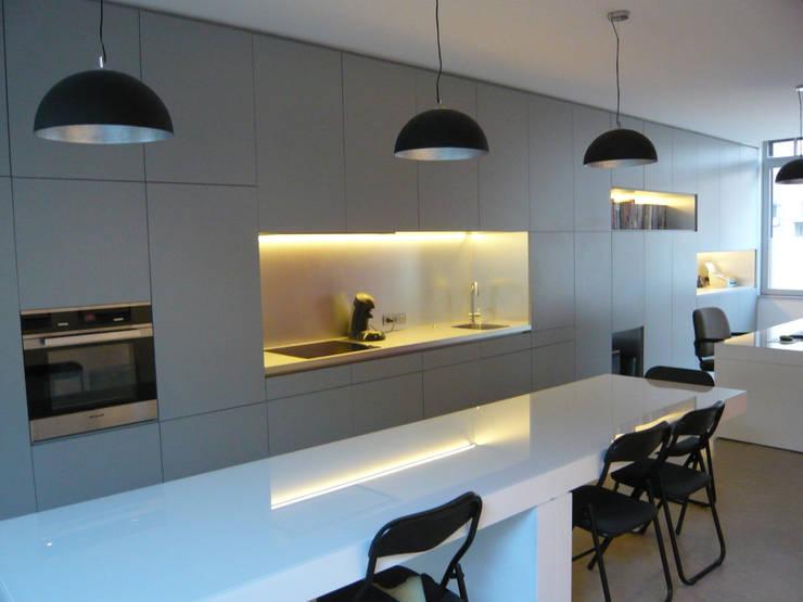 Kitchen by Atelier d'architecture François Misonne