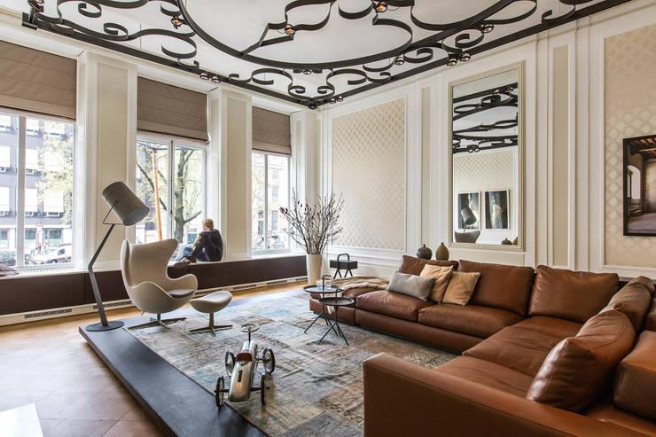Modern en monumentaal wonen aan de gracht:  Woonkamer door Studio RUIM, Modern