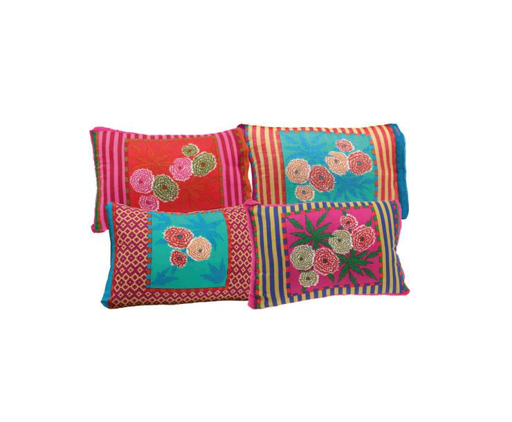 Cuscini Dhalia in cotone: Casa in stile  di Lisa Corti