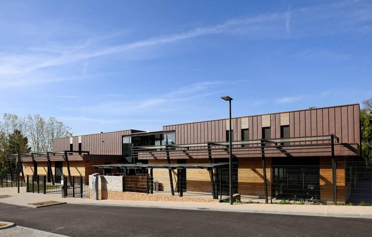 """""""Le Méridien"""" à Sainte-Foy-les-Lyon : détail façade: Centre d'expositions de style  par stephanie.zawada"""