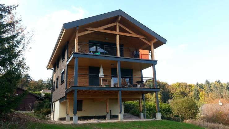 Le nouveau chalet : la façade Sud et ses grands balcons sur pilotis.: Maisons de style  par Sarl Rémy Guesné Architecte