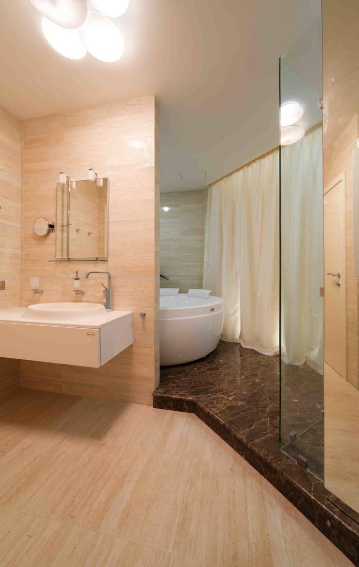 Московская квартира в облаках.: Ванные комнаты в . Автор – Хандсвел