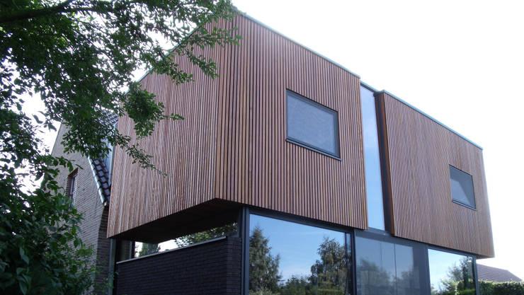 Sous les cubes:  de style  par VORTEX atelier d'architecture