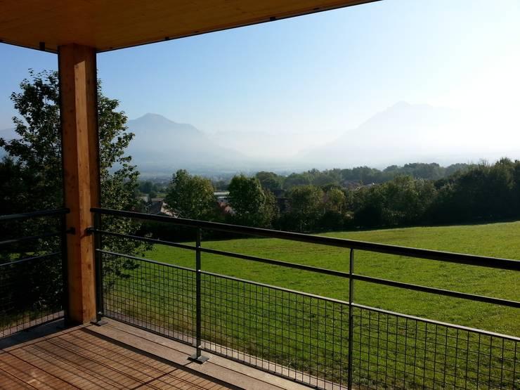 Vue sur la vallée de l'Arve depuis un balcon sud: Maisons de style  par Sarl Rémy Guesné Architecte