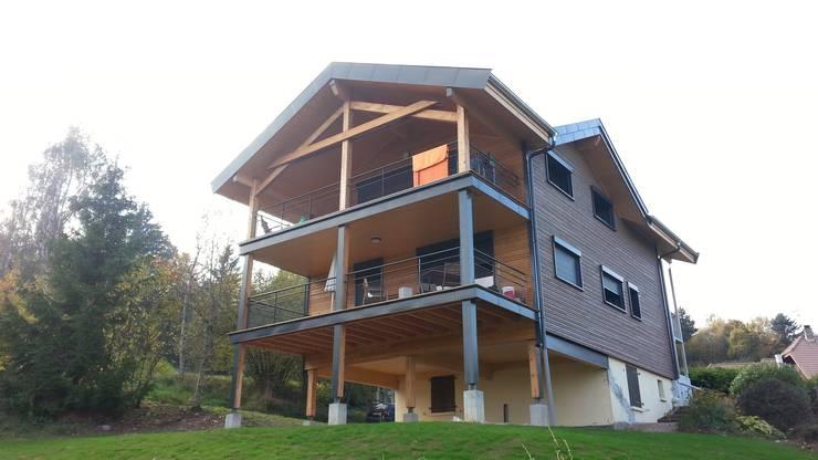 Le nouveau chalet : les façades Est et balcons Sud.: Maisons de style  par Sarl Rémy Guesné Architecte