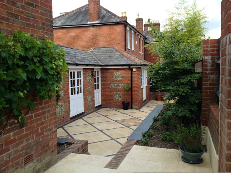 Courtyard Garden :  Garden by Amy Perkins Garden Design Ltd