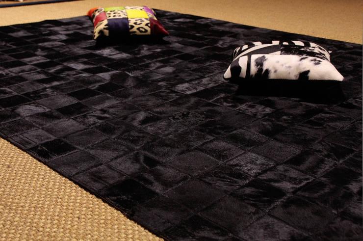 Alfombra de piel de vaca. Modelo Patchwork Negro.: Paisajismo de interiores de estilo  de Mundoalfombra