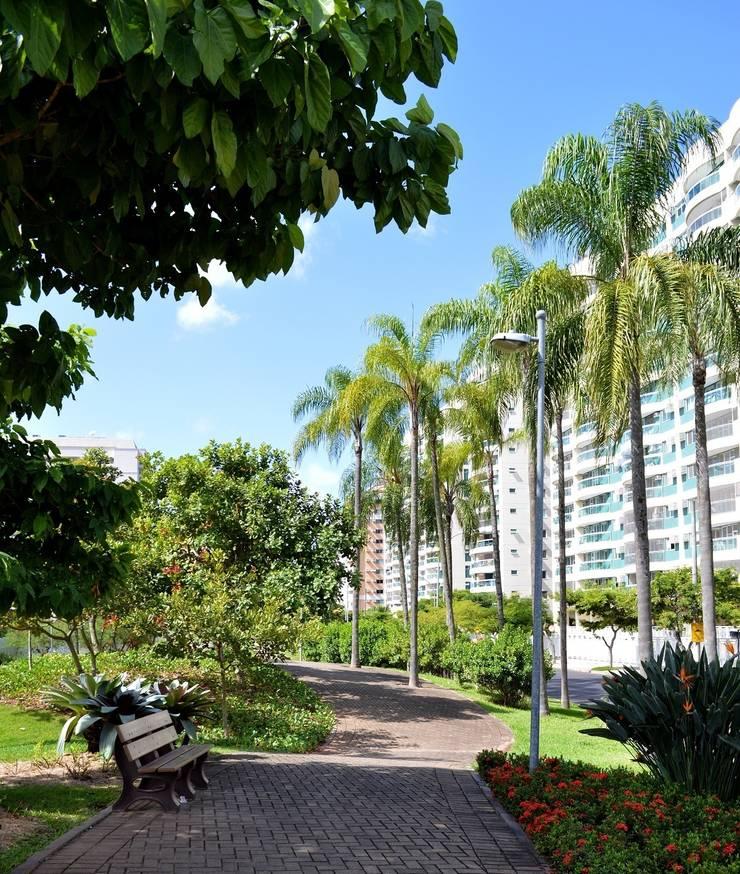 Projeto Cidade Jardim - RJ / Benedito Abbud Arquitetura Paisagística: Casas tropicais por Benedito Abbud Arquitetura Paisagística