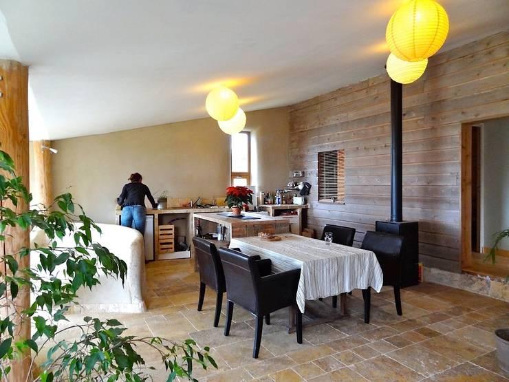 la cuisine et la salle à manger: Cuisine de style  par Karine Montagnon