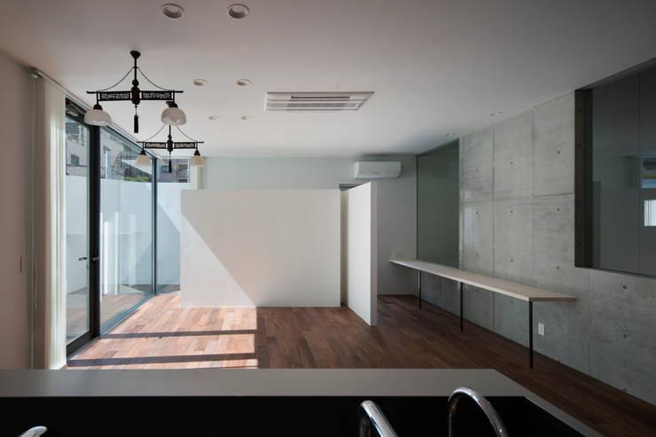 リビング: ARCHIXXX眞野サトル建築デザイン室が手掛けたリビングです。