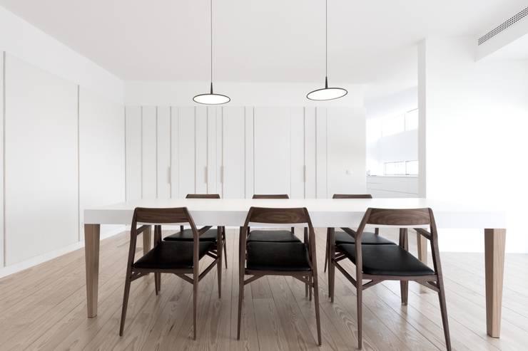 appart: Sala da pranzo in stile in stile Minimalista di stefano riva architetto