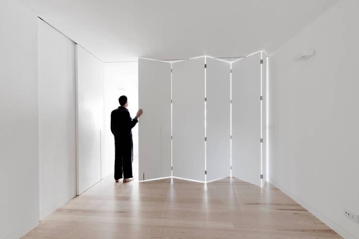 appart: Sala multimediale in stile  di stefano riva architetto