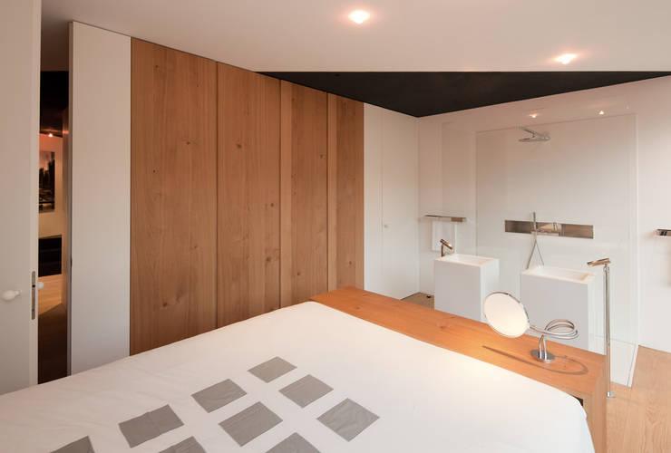 Schwarz auf Weiß:  Schlafzimmer von Fabi Architekten BDA
