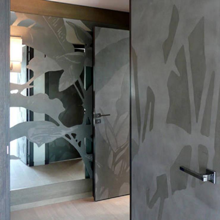 portes intérieures et miroir: Couloir et hall d'entrée de style  par Atelier TO-AU