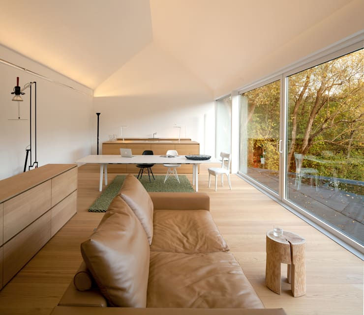 Schwarz auf Weiß:  Wohnzimmer von Fabi Architekten BDA