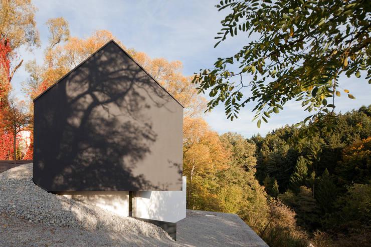 Schwarz auf Weiß:  Häuser von Fabi Architekten BDA