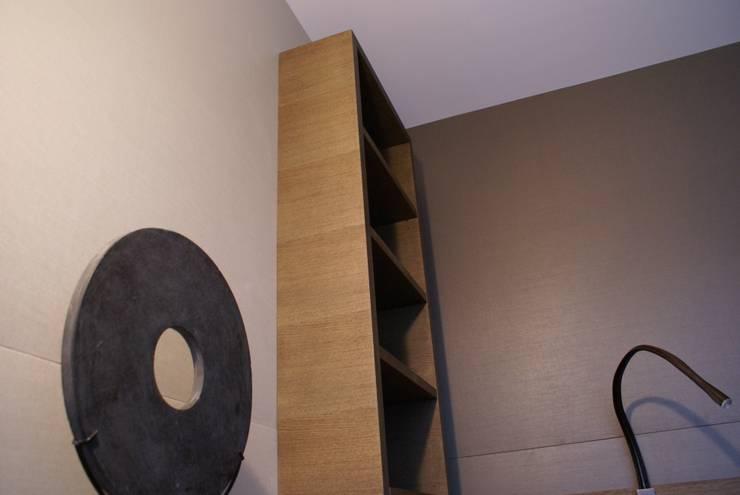 Rangement en tête de lit: Chambre de style  par Atelier TO-AU