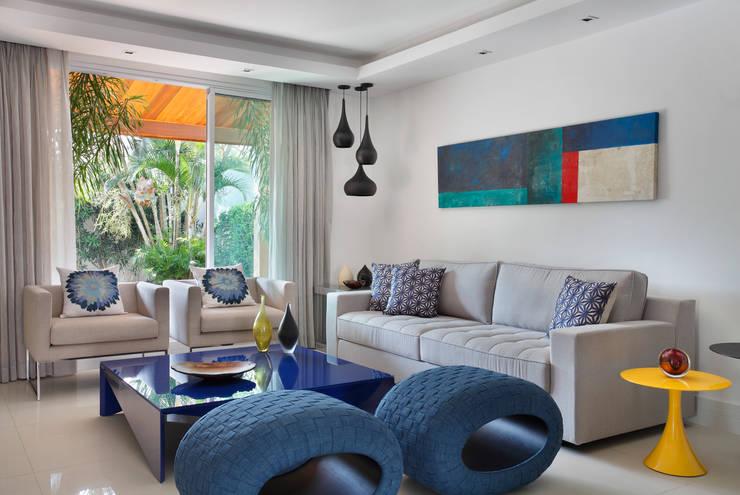 Casa Barra ED: Salas de estar  por Amanda Miranda Arquitetura