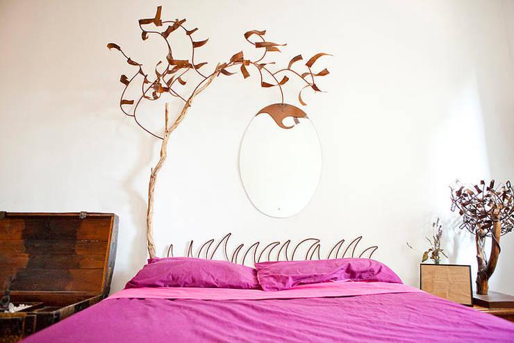 Cabecero Paisaje de Otoño de madera, metal y espejo.: Dormitorios de estilo  de Héctor Nevado