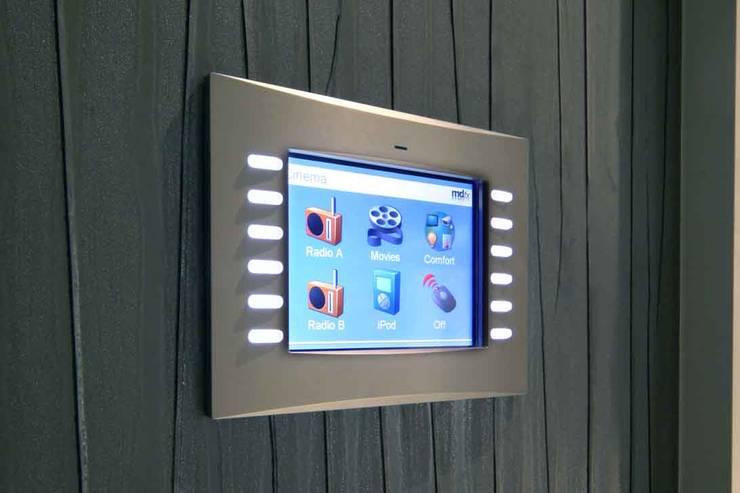 Sala multimedia de estilo  por Flairlight Designs Ltd