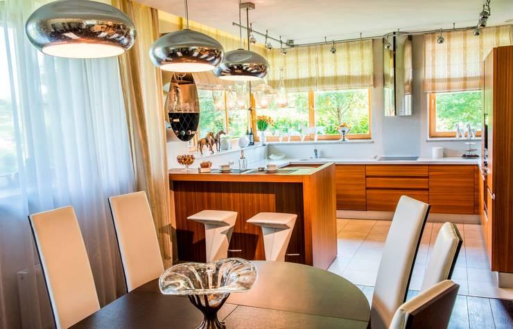 Cozinha  por Студия дизайна интерьера Елены Крыловой