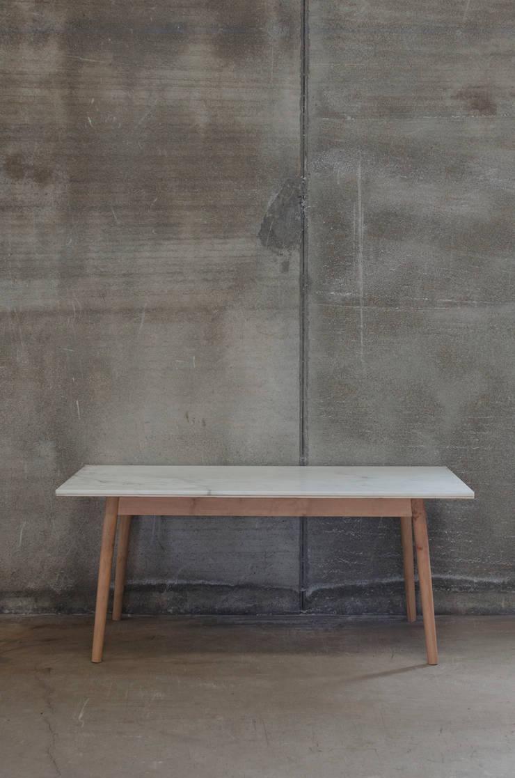 Mesa de comedor con sobre de mármol blanco y patas de madera maciza: Comedor de estilo  de Cube Deco