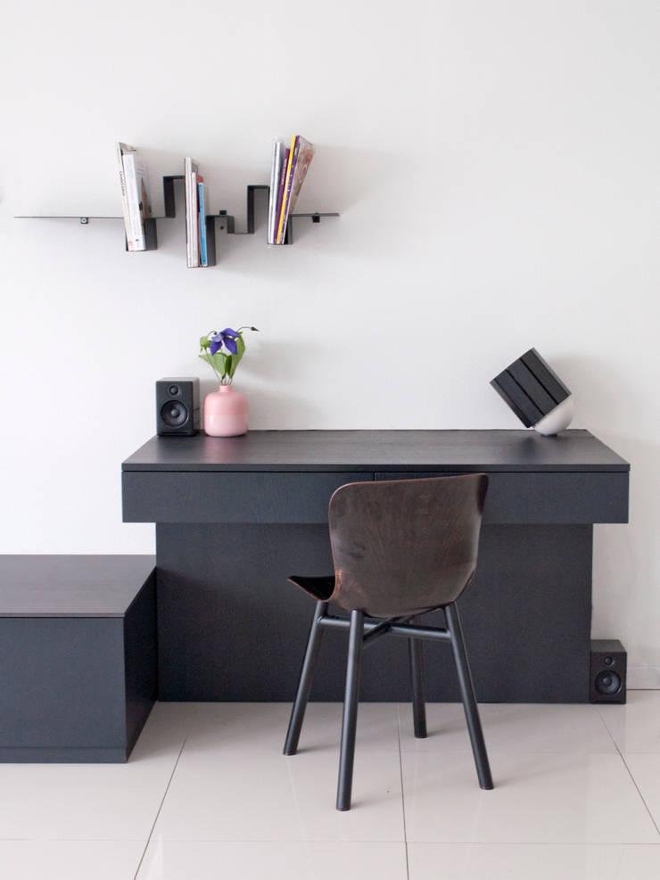 werkplek in de huiskamer:  Woonkamer door IJzersterk interieurontwerp