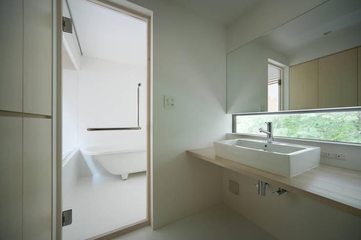 Ванные комнаты в . Автор – AIDAHO Inc., Модерн
