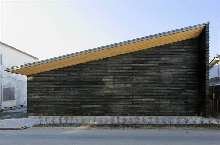 焼き杉を使ったファザード: 長谷川拓也建築デザインが手掛けた家です。