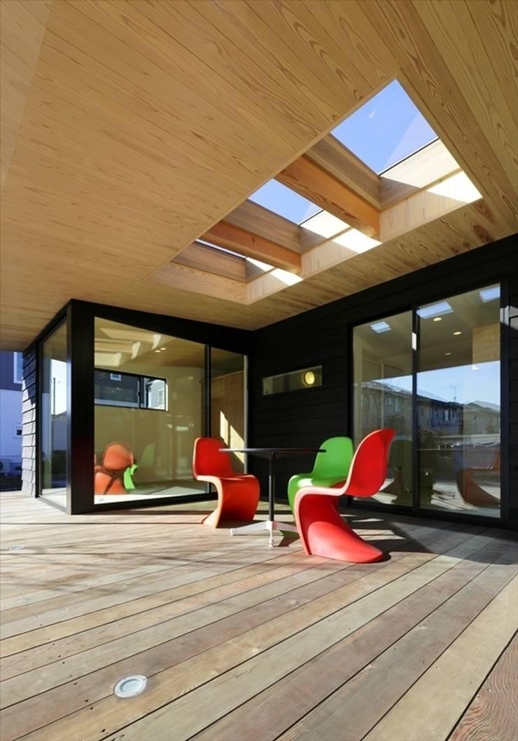 Yakisugi House: 長谷川拓也建築デザインが手掛けたベランダです。