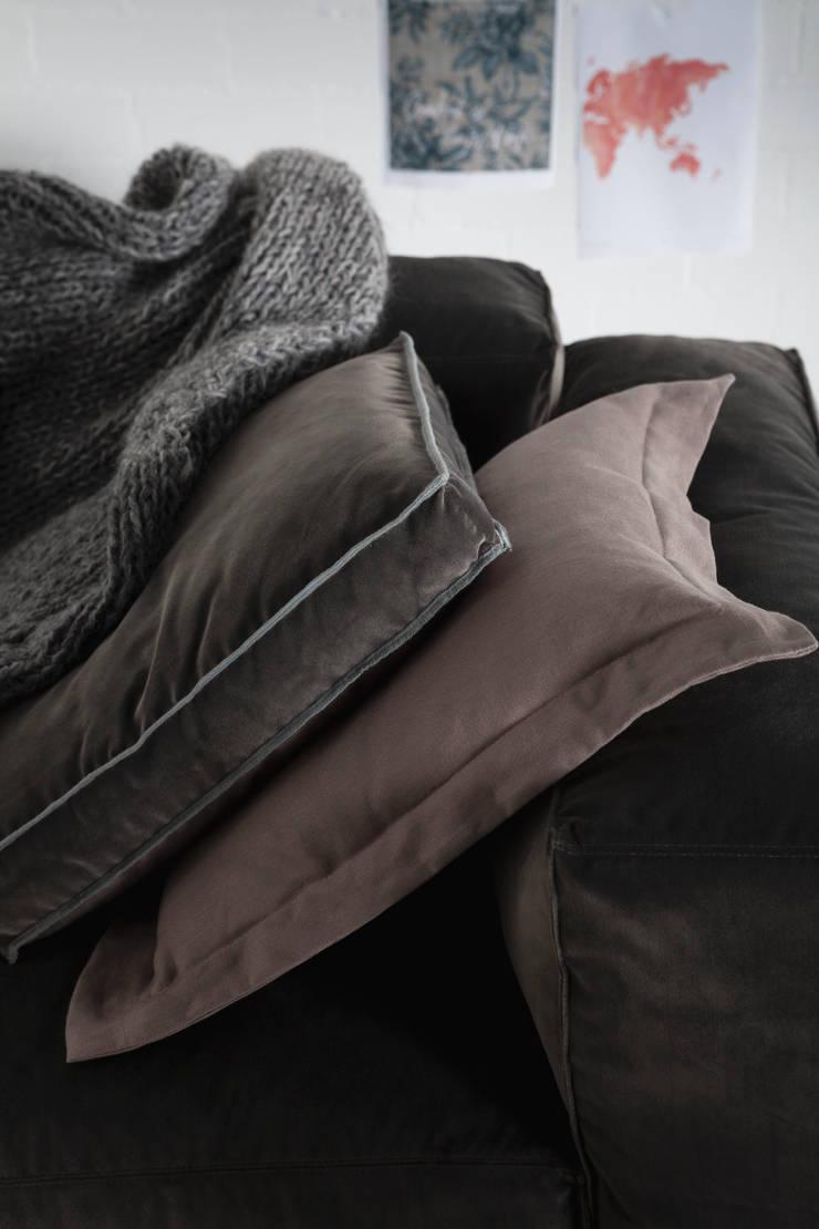 Cushions by Linteloo Lab:  Living room by LINTELOO