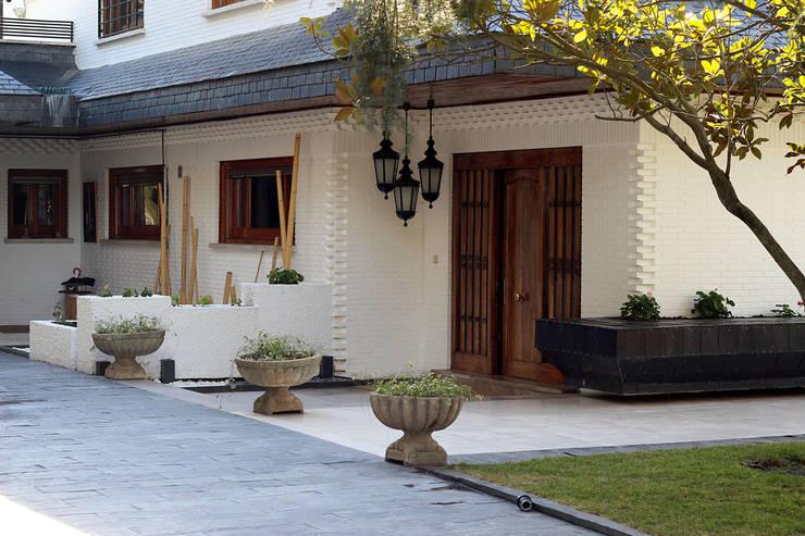Fachada: Casas de estilo  de Bernadó Luxury Houses