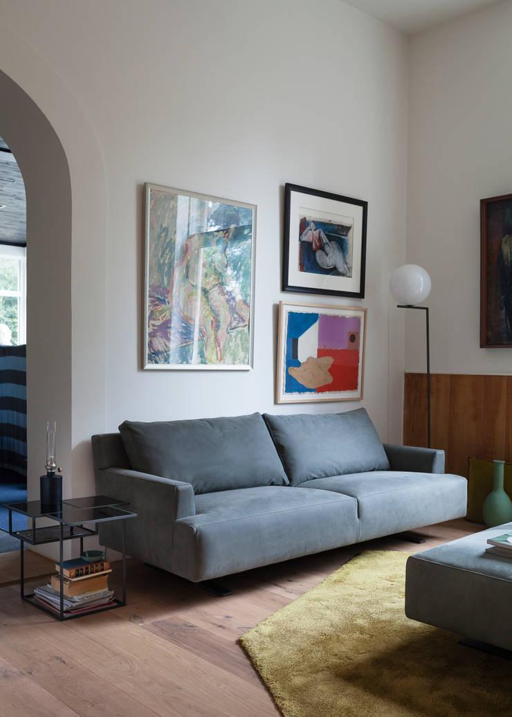 Settee by Niels Bendsten:  Living room by LINTELOO