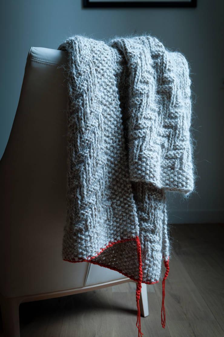 Handen Knitted Blanket by Linteloo Lab:  Living room by LINTELOO