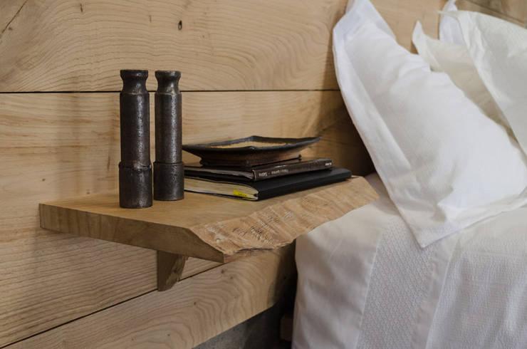 Cabecero de castaño con mesilla incorporada: Dormitorios de estilo  de Cube Deco