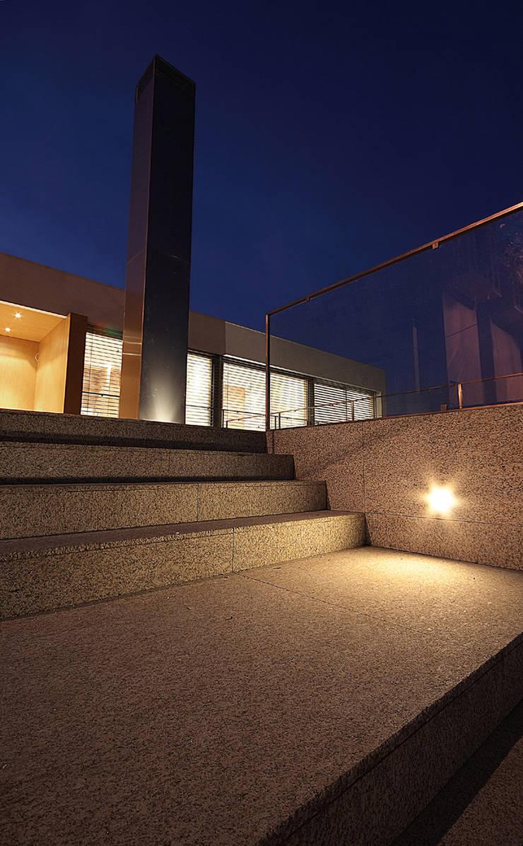 Moradia rua José Afonso – Valbom -Gondomar: Casas  por Albertina Oliveira-Arquitetura Unipessoal Lda