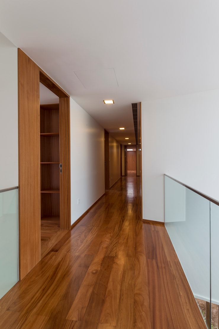 Casa PL: Corredores e halls de entrada  por Atelier Lopes da Costa