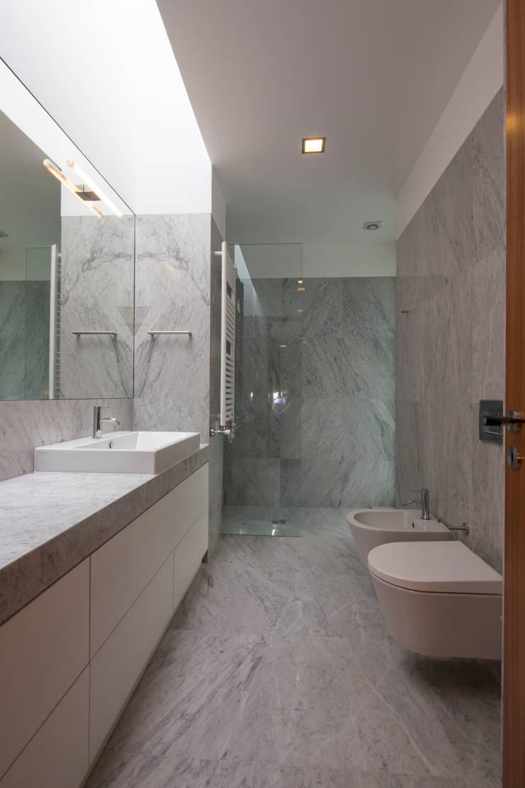 Casa PL: Casas de banho  por Atelier Lopes da Costa