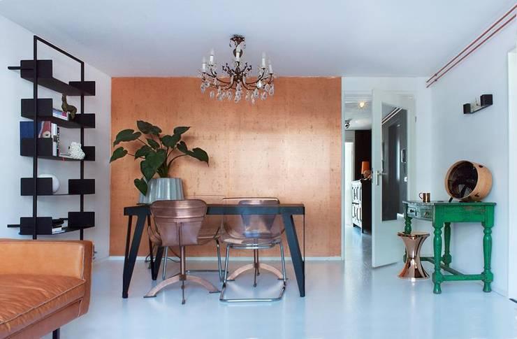 Koperen muur in de woonkamer: eclectische Woonkamer door IJzersterk interieurontwerp