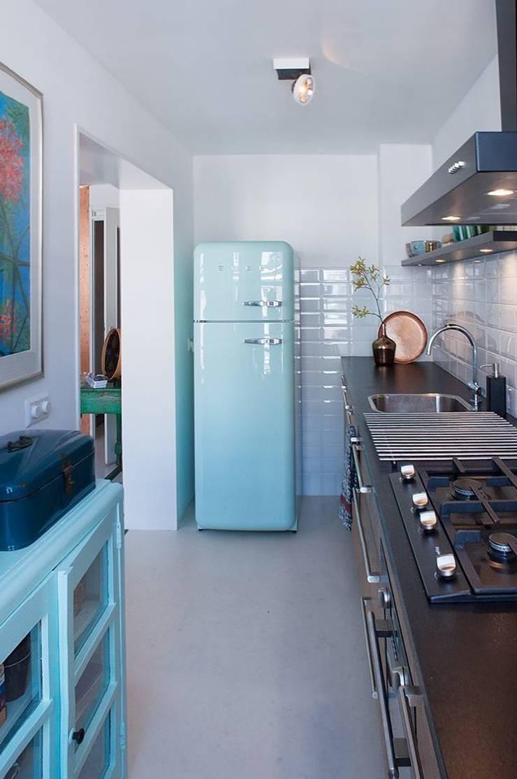 Cocinas de estilo moderno de IJzersterk interieurontwerp Moderno