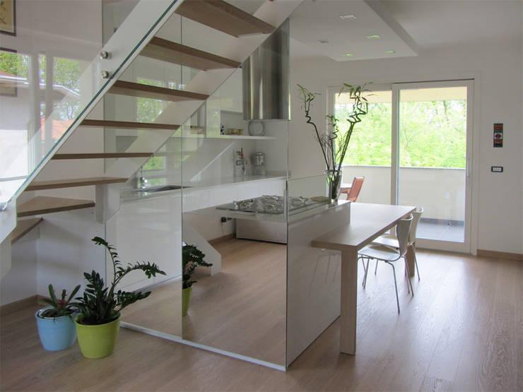 Moderno focolare: Pareti & Pavimenti in stile  di Forme per Interni