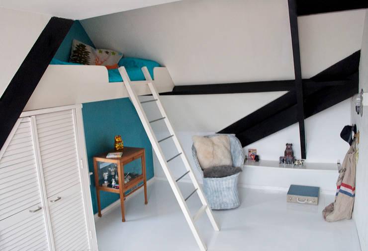 jongenskamer met zwevend bed: moderne Kinderkamer door IJzersterk interieurontwerp
