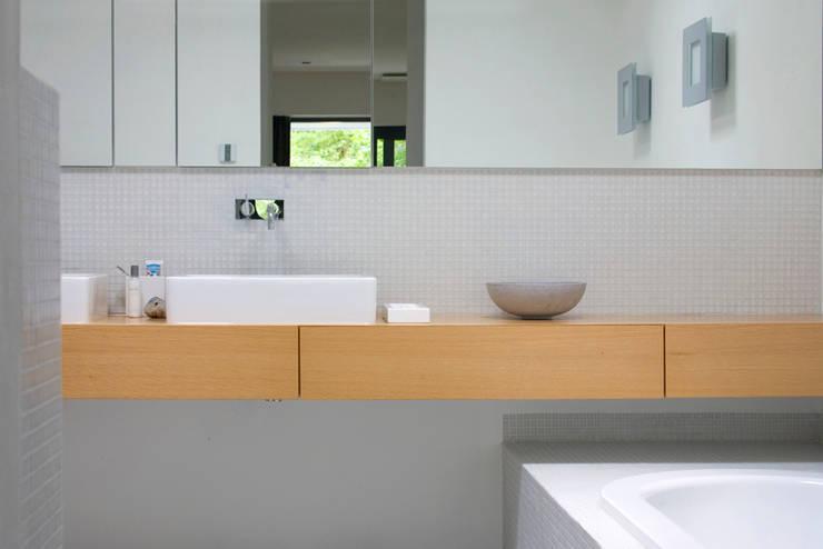 Villa Vught: moderne Badkamer door Doreth Eijkens | Interieur Architectuur